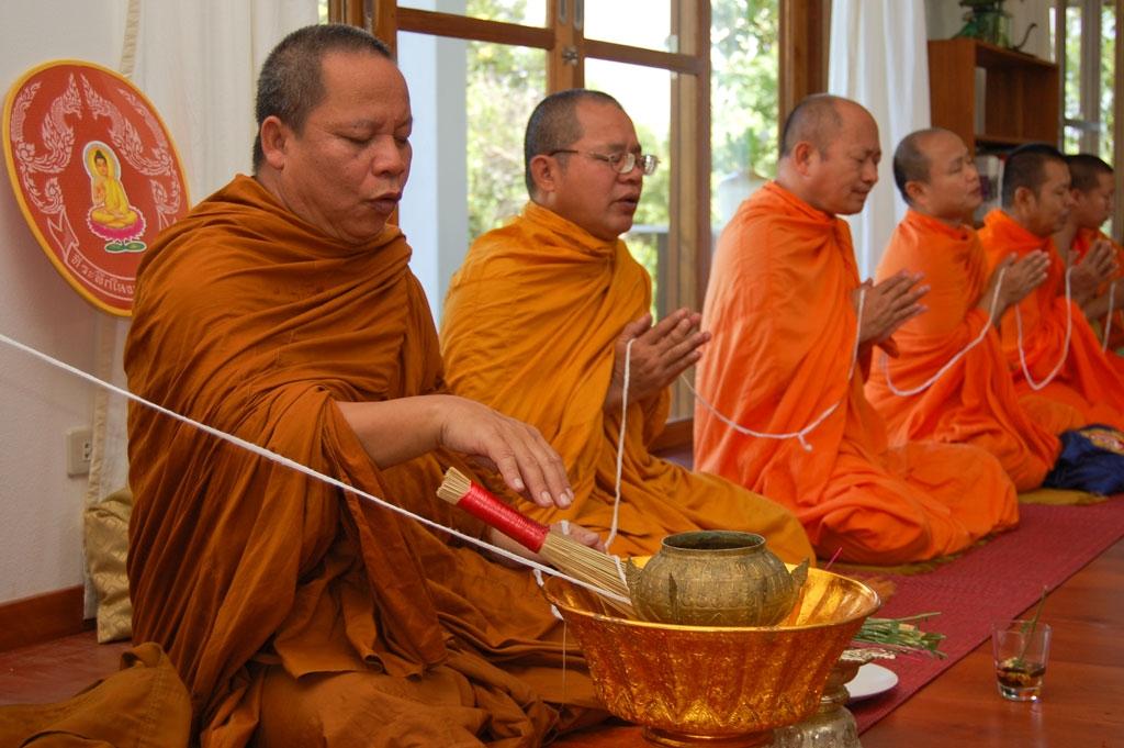 Thaise monniken tijdens geloofceremonie